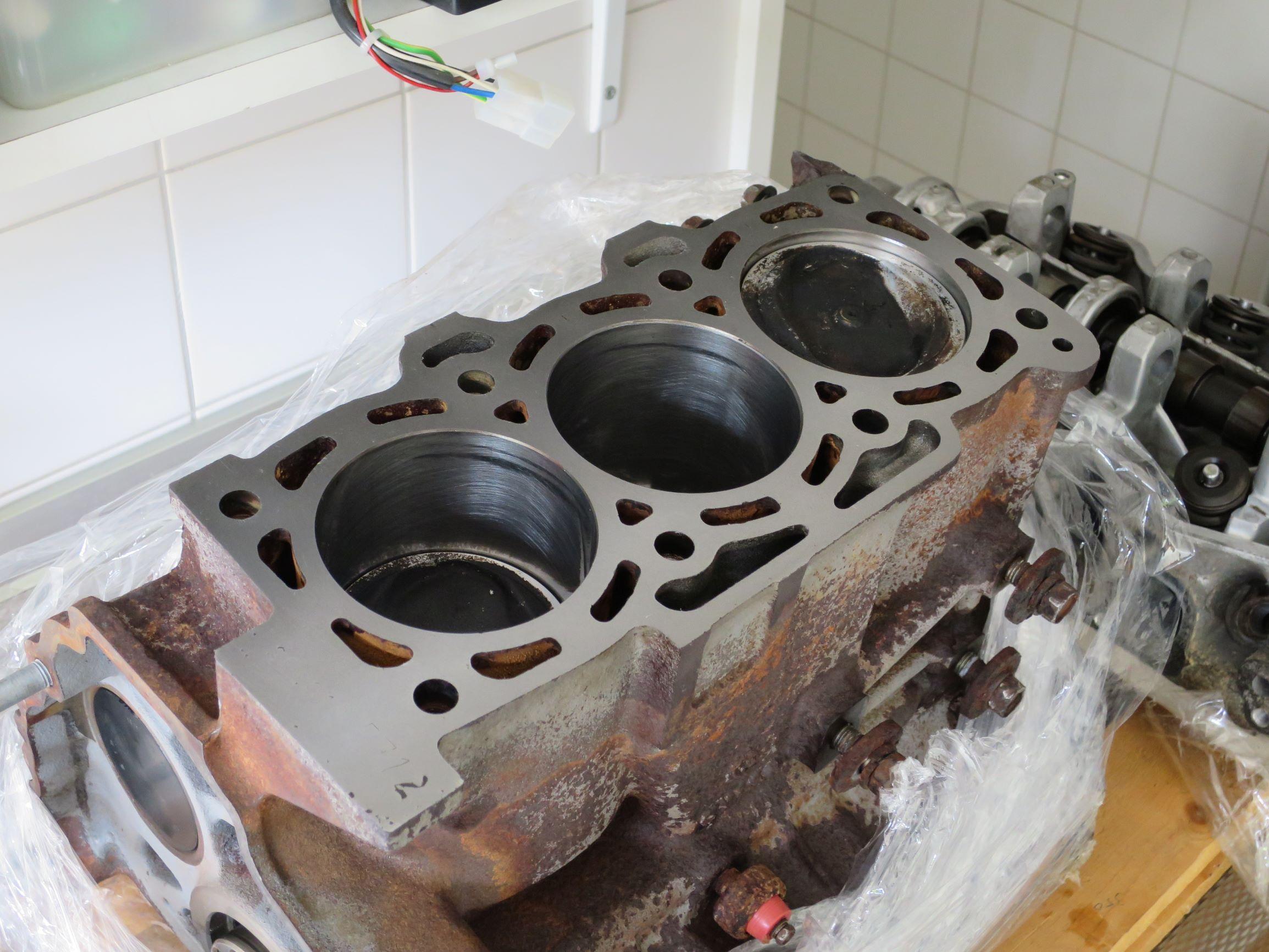 7. Op de foto het onderblok met onder andere opnieuw gehoonde cilinderwanden, nieuwe zuigerveren, nieuwe lagers en een geslepen krukas.